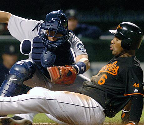Melvin Mora wears #44 on his sleeve, 2006